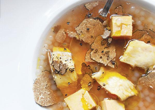 Bouillon de volaille, perle du Japon, foie gras et truffes noires